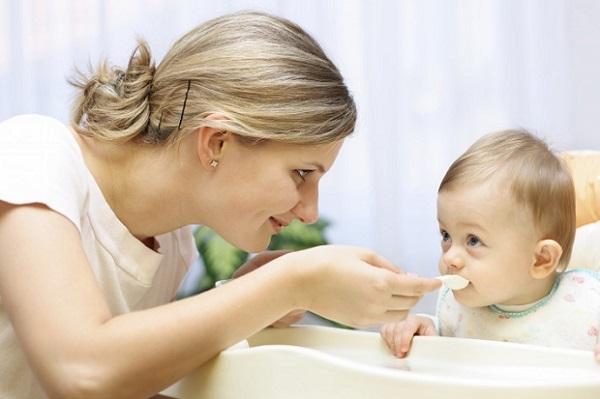 Có nên nêm muối vào thức ăn dặm? Hướng dẫn mẹ cho trẻ ăn muối đúng cách