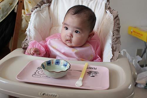 Bí quyết cho con ăn dặm đúng cách và giúp bé nhanh biết nhai cơm