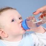 Có nên cho bé sơ sinh uống nước và khi nào trẻ cần uống nước?